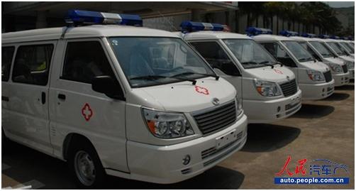 心系雅安 东南汽车向灾区捐赠10辆救护车高清图片
