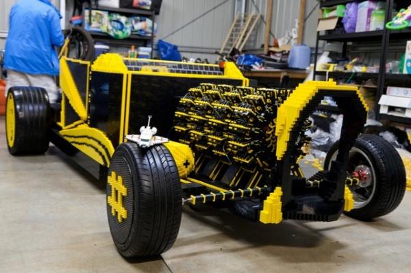 让驾驶由50万块乐高积木搭建的汽车变成了现实.