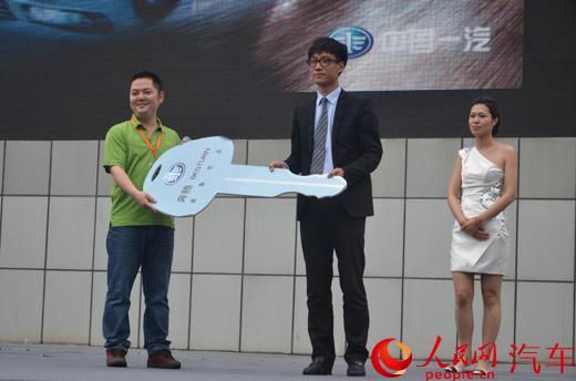北京地区第一位奔腾b70车主拿到新车钥匙高清图片