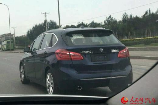 在车尾,除了中间的宝马标志以及车型标志以外,尾门左侧还有一处标志被