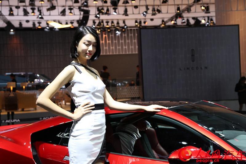 人民网直击2015广州车展--短发俏皮可爱型车模