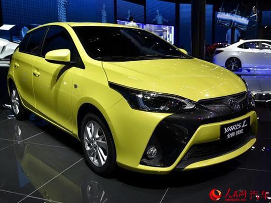 人民网北京8月5日电(鄂智超)近日,有媒体曝光广汽丰田新款YARiS L 致炫的更多细节,新车或将加入ESP配置。新款YARiS L 致炫在今年4月的北京车展上已亮相,预计将在不久后上市。   新款YARiS L 致炫在前脸处采用了更加激进的风格,显得更为个性,车尾的设计则基本保持不变。其在内饰上将有更多的亮黑色饰板,在音响区域的按键有所调整。 在动力方面,新款YARiS L 致炫将继续搭载现款车型上的1.