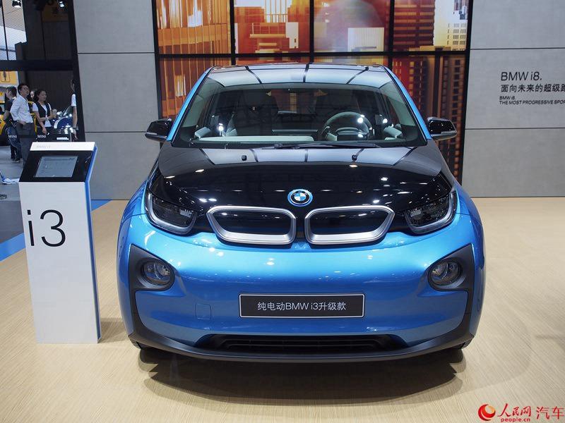 人民网成都9月3日电(鄂智超)在2016成都国际车展前夕,宝马在中国市场正式推出了i3升级版车型。新车将有着两款纯电动版车型和一款增程式车型,售价区间为42.28万至52.28万元。 相较于现款车型,宝马i3升级版有着更长的续航里程,其电池相比现款车型扩容50%,达到33kWh的容量。其中,纯电动版续航里程提高至200公里,增程版车型则为330公里。 宝马i3是宝马i品牌的首款车型,有着纯电动与增程式混合动力两种。其中纯电动版的i3采用外接电源充电,依靠锂电池组供电的行驶方式。增程型除了可使用插电充电以外