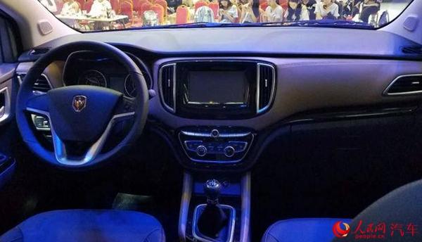 人民网上海4月20日电(王紫)4月19日,华晨金杯F50全新七座MPV在2017上海车展正式发布,新车将在5月5日正式上市,共推4款车型,其中包括宜商系列和宜家系列两个版本。  外观方面,华晨金杯F50采用了多幅条镀铬进气格栅,前保险杠方面,其两侧配备了雾灯,雾灯下方则是LED日间行车灯。车身采用了单侧的侧滑门设计,同时B、C柱均采用了黑色隐藏式设计,并且配有高位刹车灯及倒车雷达探头。  内饰方面,车内采用黑棕双色进行搭配,三辐式方向盘及双圆形的仪表盘设计简约,宜家版车型配有8英寸的触控屏。  金杯F50