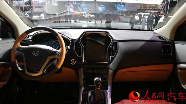 人民网上海4月20日电(王晴)4月19日,2017上海国际车展开幕,华泰汽车携手曙光汽车集团相继发布华泰汽车圣达菲WX35、华泰路盛WS 55sh、黄海全新皮卡N3。 圣达菲WX35 外观方面,新车整体造型大气沉稳,前进气格栅采用熏黑处理,栅上下线条圆润柔和,与头灯采用了贯通式设计,视觉上较为宽阔。车身侧面整体线条硬朗,轮圈采用五辐铝合金。    内饰方面,新车布局大气沉稳,黑黄双色设计在视觉上提升了质感,而中控区的大尺寸液晶屏非常抢眼。   路盛WS5 外观方面,新车沿袭原车型高端大气的设计风格,并添加