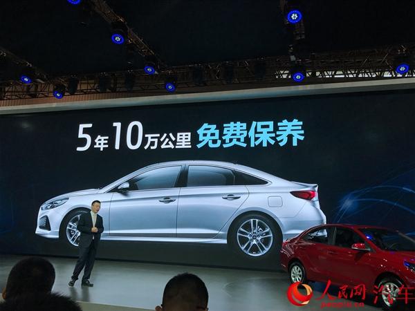 人民网成都8月25日电(李卓)在今天开幕的2017成都车展上,北京现代连推全新索纳塔、新ix25、全新瑞纳三款车型。通过大幅升级的产品性能和配置,以及更具竞争力的产品价格,为本土用户带来超越期待的智能生活新方式。 全新索纳塔上市 提供5年10万公里免费保养 此次推出的全新索纳塔共有四款车型,售价区间为16.