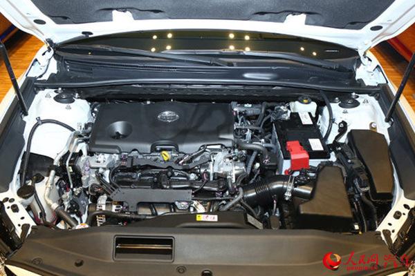 人民网北京9月24日电(闫枫)9月23日,广汽丰田第八代凯美瑞在北京亮相,新车推出豪华版、运动版、混动版三种车型。作为首款完全基于TNGA架构开发的车型,第八代凯美瑞将于今年11月正式上市。  第八代凯美瑞(从左至右为:混动版、豪华版、运动版) 外观方面,第八代凯美瑞造拥有豪华版、运动版双造型设计,这两种设计风格均源自丰田最新的Keen Look设计语言。豪华版车型采用巨幅的梯形横条格栅,车身呈流线姿态,腰线更低,延长的车顶后部增加了后排头部空间。 、 第八代凯美瑞豪华版车型 运动版车型采用少见的三层格