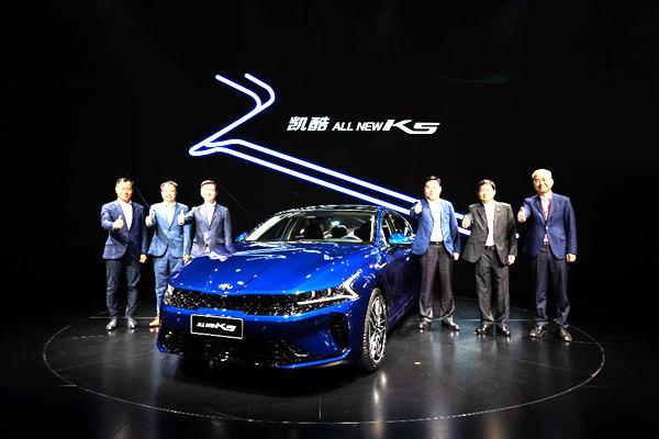 定位中高级轿车东风悦达起亚K5凯酷亮相成都车展