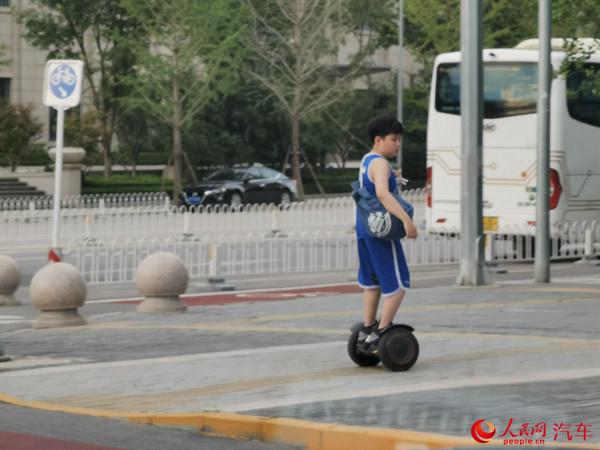 """电动滑板车、平衡车仍游走在""""灰色地带"""""""