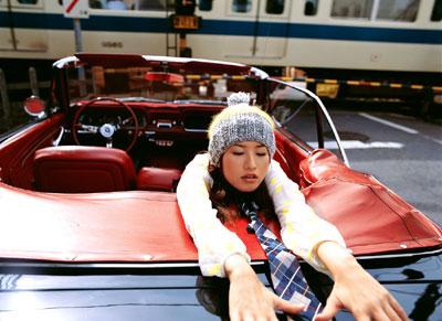 车模美女美女街上海短裤拍想在车上飞+(4)图片