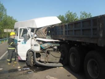 昨天下午3时30分许,一辆青岛跑胶南的依维柯客车在胶州湾高速路离河套出口3公里处,一头撞在路边停靠的一辆半挂大货车尾部,造成两人死亡五人受伤。   据目击者介绍,事发时,大货车停在路边修车,客车超车过程中,司机视线受前方车辆阻挡造成追尾,6名乘客及驾驶员被困车中。事故发生后10分钟,城阳消防队员立即赶赴现场,客车车头因剧烈撞击严重变形,被困的乘客已被其他乘客救出, 消防队员用工具撬开车门将受伤司机救出(图)。受事故影响,附近路段排起了约4公里的长龙。记者了解到,车上一名男子当场死亡。记者从医院了解获悉