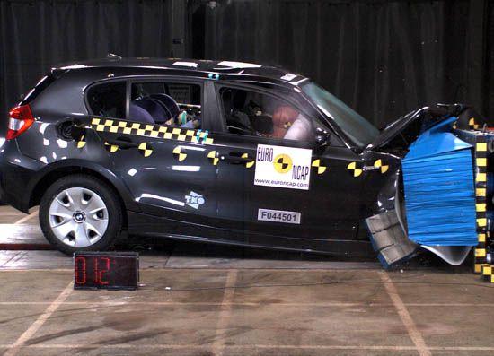 宝马1系轿车正面碰撞测试图-宝马1系 3系对比 价格更低 安全性不减