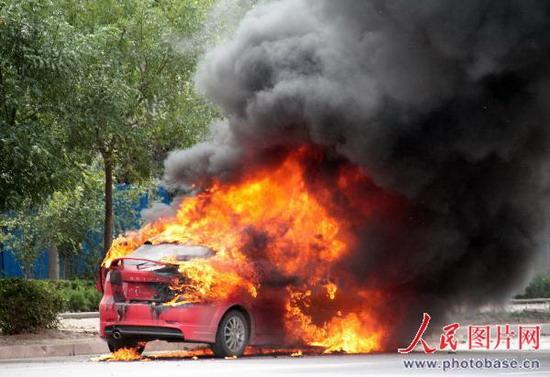 山东滨州 别克车与帕萨特相撞 别克 发火高清图片