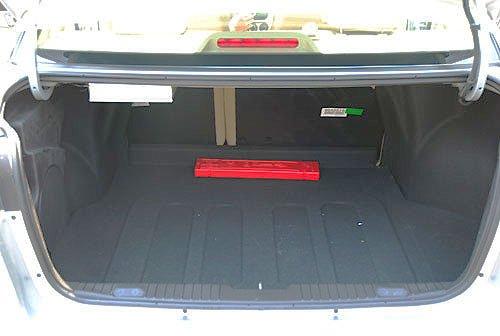 新凯越的后备箱容积为405升,是几款竞争车型中比较小的,后排靠背
