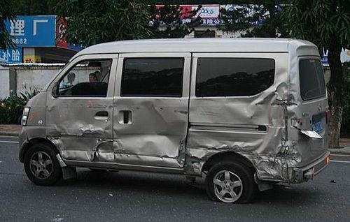 惠州889路公交车连撞28车 现场直击高清图片