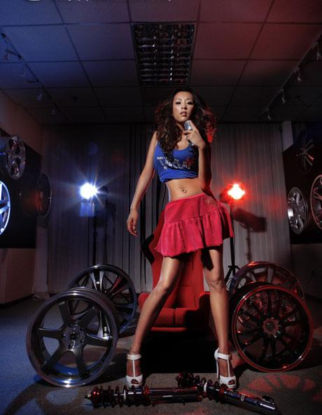 钢圈轮毂旁的美艳模特 8