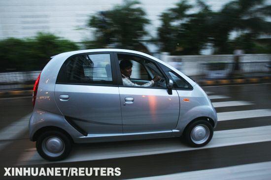 世界最便宜汽车塔塔 NANO 在印度正式上路高清图片