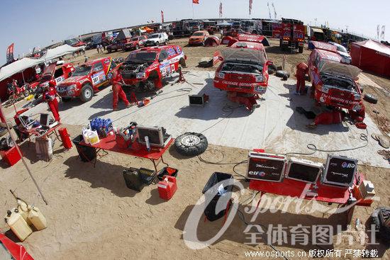 达喀尔拉力赛今天迎来休息日.考虑到沙漠赛段的前两站异...